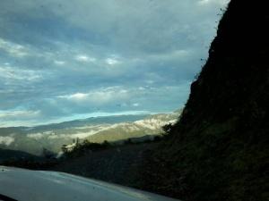 Camino de cornisa en Las Yungas bolivianas