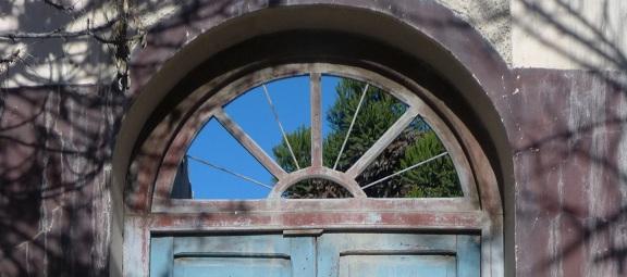 Ventana sobre la puerta